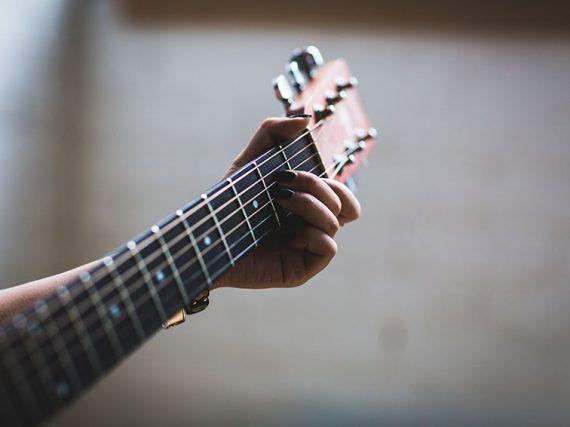 Como afinar a vossa guitarra