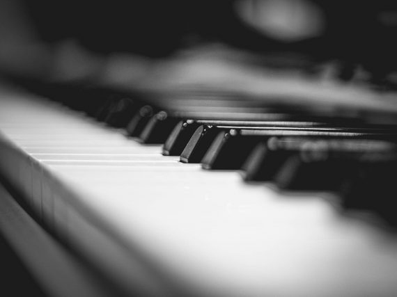 """Devo comprar um piano acústico ou posso optar por outro instrumento que sirva também para estudar """"piano""""?"""